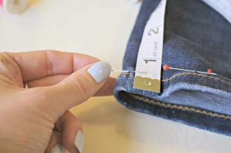 /Files/images/DIY How to Shorten Jeans at home Tutorial on Fashion Mumblr 10.jpg